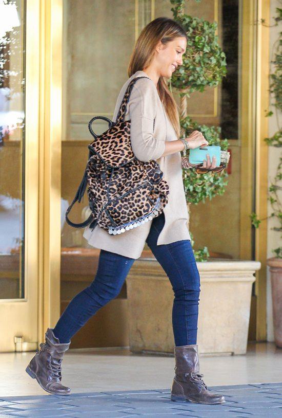 Jessica Alba z modnym plecakiem w panterkę