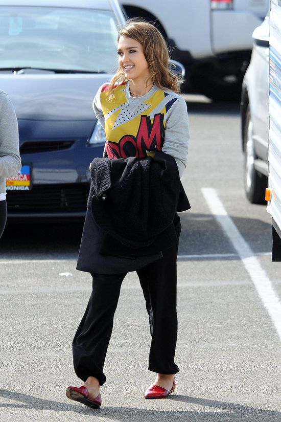 Jessica Alba vs. Taylor Swift w kolorowych bluzach