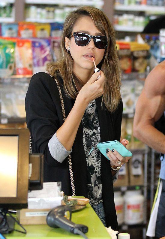 Jessica Alba w modnych boyfriendach