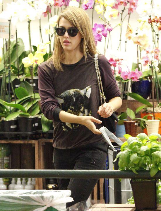 Jessica Alba w bluzie z wilkiem i jeansach Blank Denim