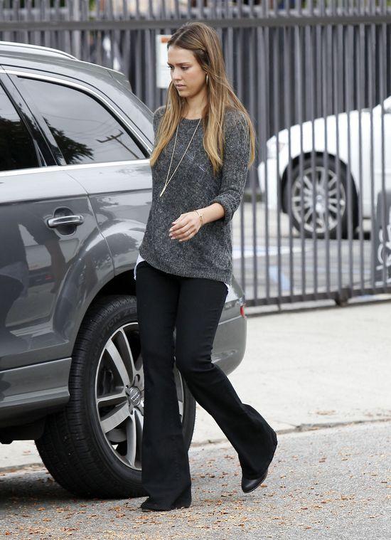 Jessica Alba w czarnych dzwonach