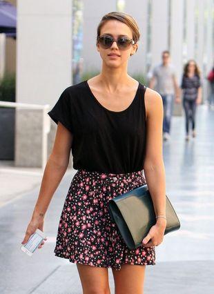 Jessica Alba bawi się modą (FOTO)