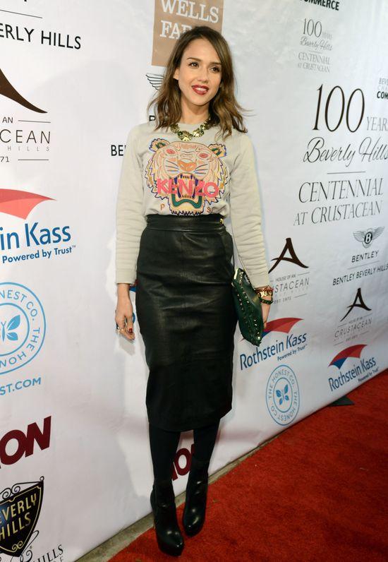 Jessica Alba w modnym zestawie z bluzą Kenzo (FOTO)