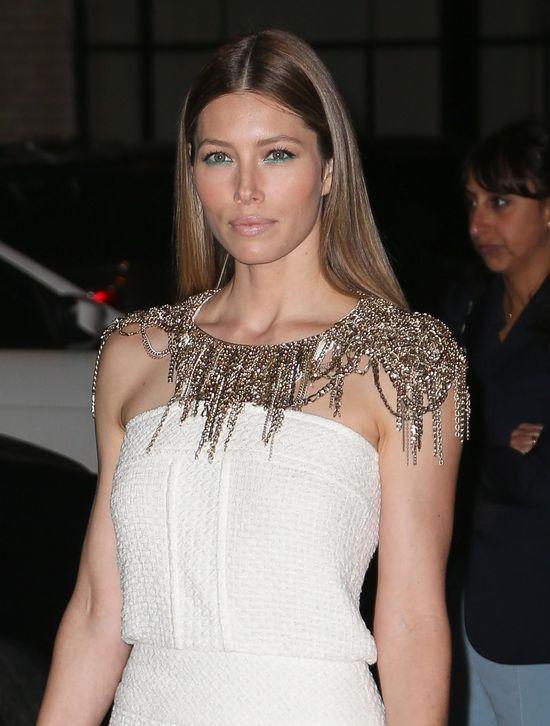 Jessica Biel w białej sukience