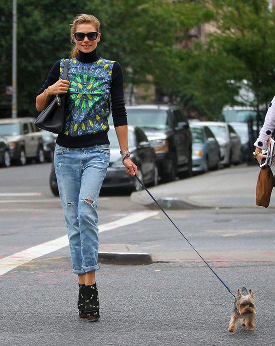 Jessica Hart w wysokich botkach na spacerze (FOTO)