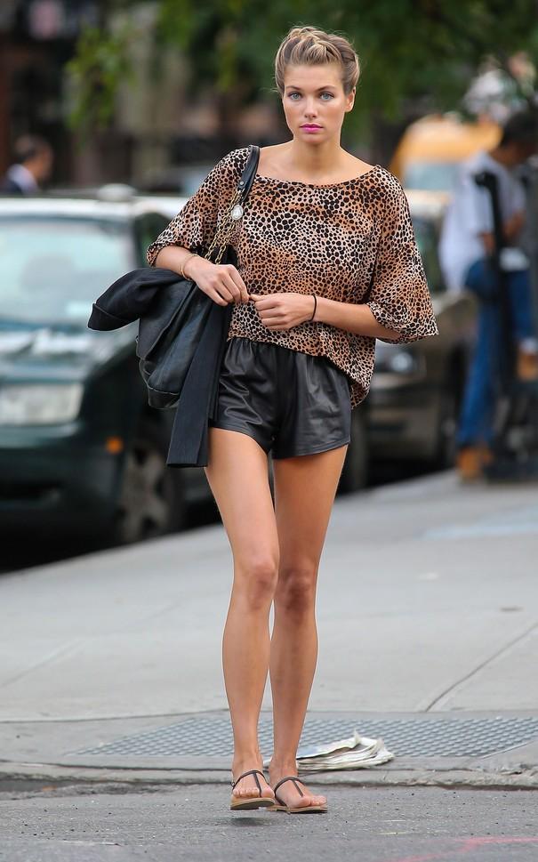 Jessica Hart w modnej fryzurze