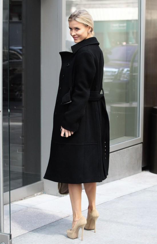 Joanna Krupa w czarnym płaszczu