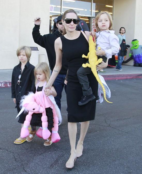 Angelina Jolie w małej czarnej