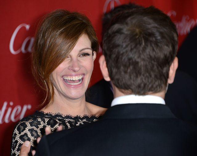 Zasłaniająca twarz fryzura Julii Roberts (FOTO)