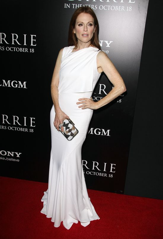 Julianne Moore w białej sukni