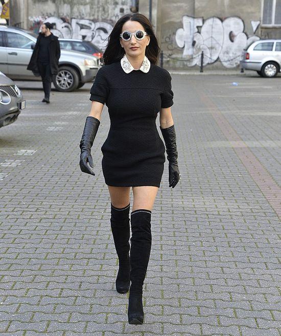 Justyna Steczkowska w czarnej sukience mini i kozakach