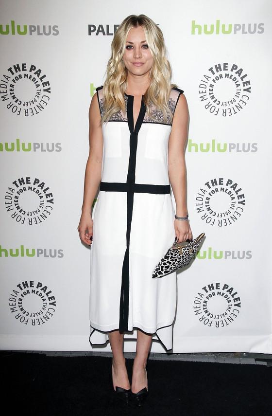 Kaley Cuoco w białej sukience