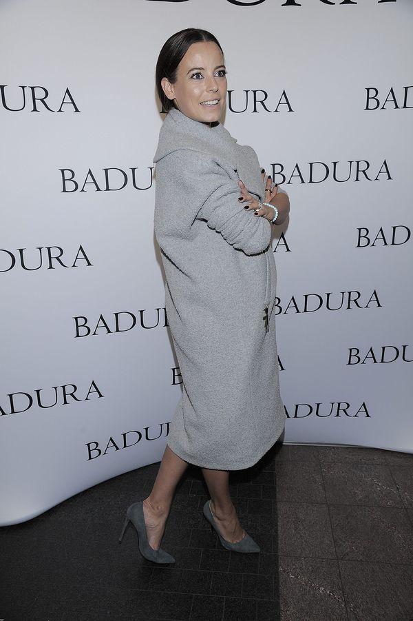 Dlaczego Anna Mucha z rozmiarem 34 zakłada ogromny płaszcz?