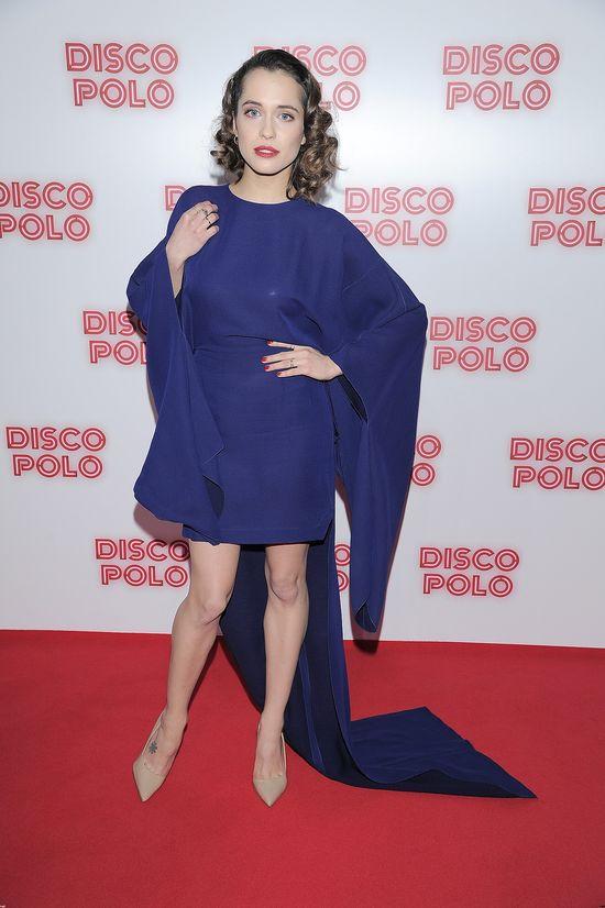 Ola Hamkało w kobaltowej kreacji na premierze Disco Polo