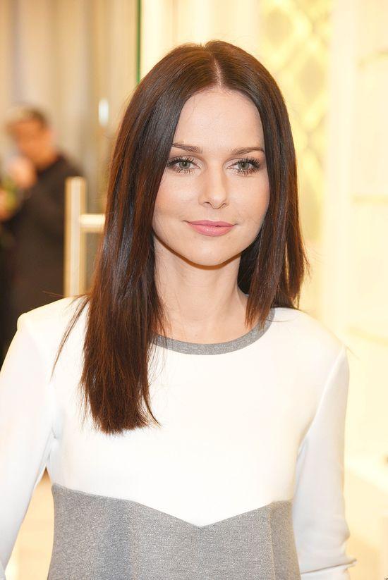 Paulina Sykut w skromnej sukience i delikatnym makijażu