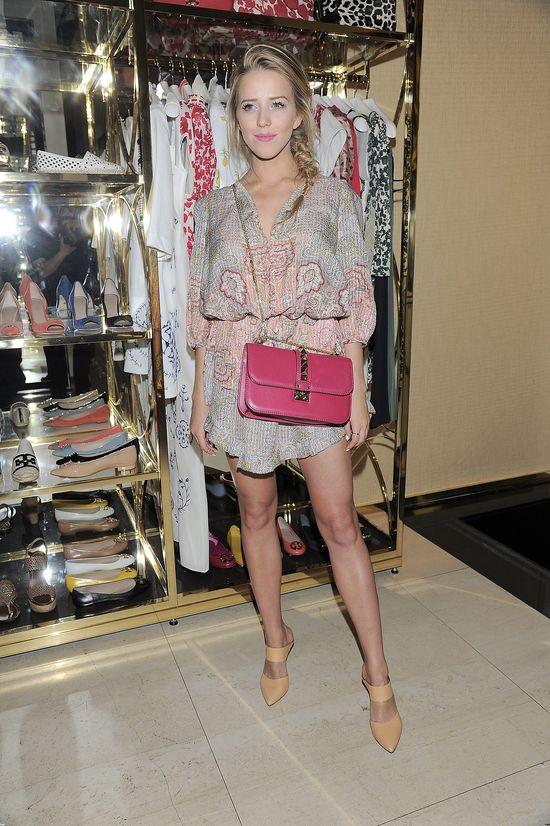 Jessica Mercedes w kombinezonie i z torebką Valentino