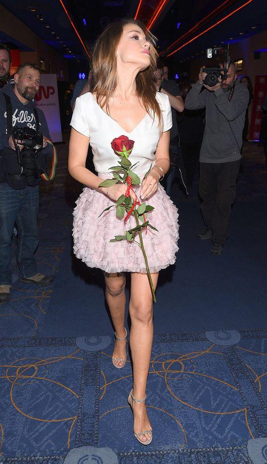 Alicja Bachleda-Curuś pokazuje nogi w różowej spódnicy mini