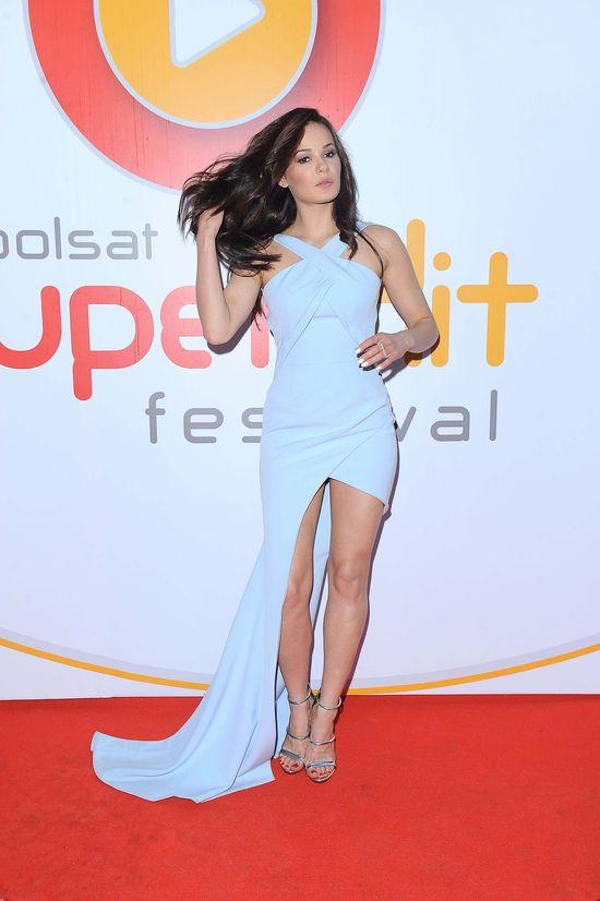 Natalia Szroeder w sukni z trenem na Polsat SuperHit Festiwal 2016