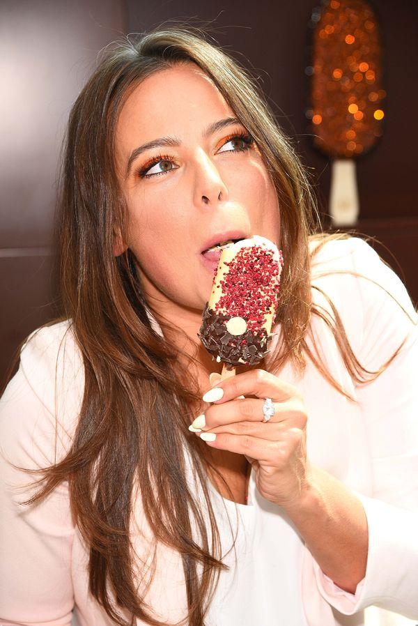 Anna Mucha zajadała się lodami przed obiektywami aparatów
