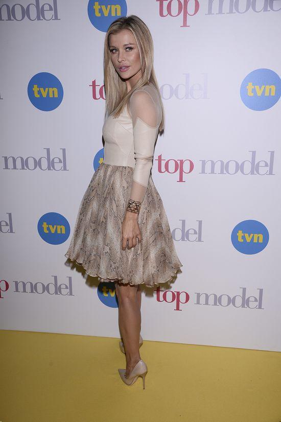 Joanna Krupa w rozkloszowanej sukience na konferencji Top Model (FOTO)