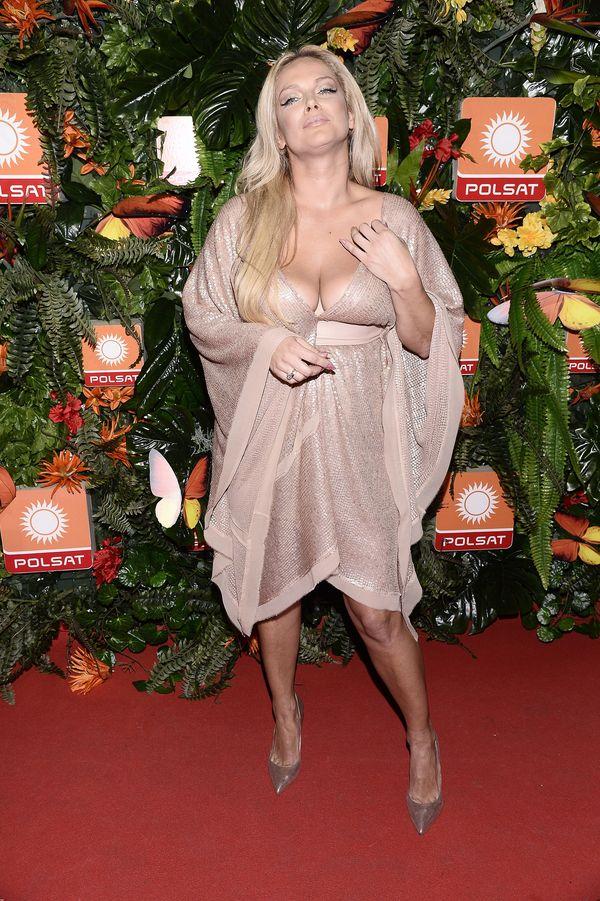 Wylewające się piersi i sukienka w odcieniu nude, czyli...