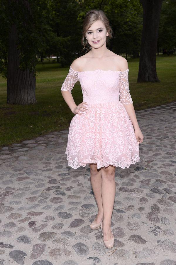 Julia Wróblewska podkreśla swoją dziewczęcość w pudrowo-różowej sukience (FOTO)
