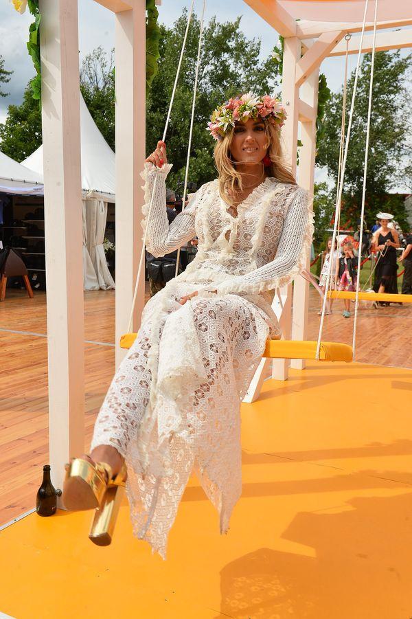 Sukienka boho i kwiaty we włosach - zakochacie się w stylizacji Karoliny Szostak