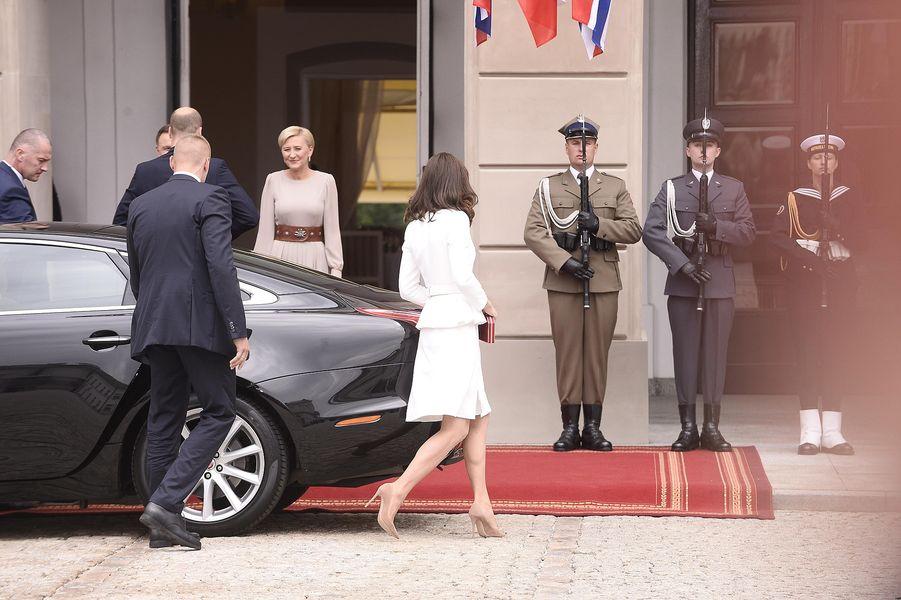 Księżna Kate w Polsce zachwyca w białym kostiumie (FOTO)