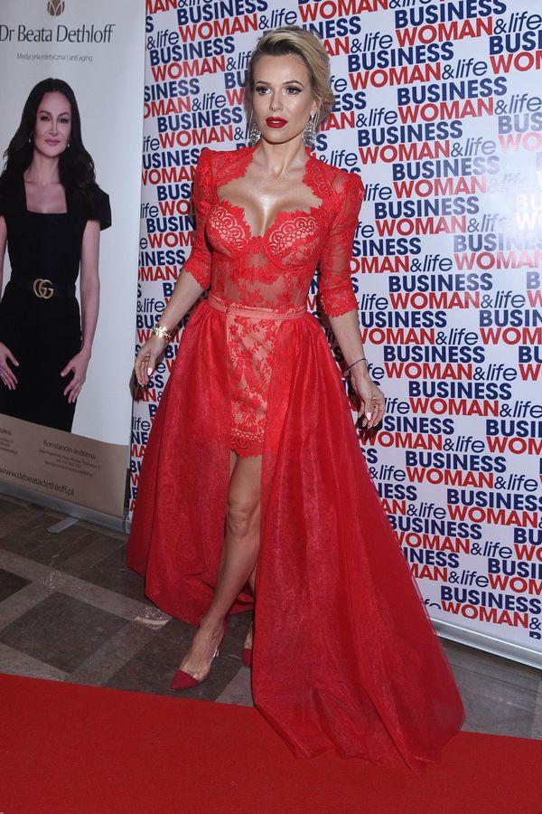 Efektowna czerwona suknia i czerwona szminka na ustach - nie za dużo? (FOTO)