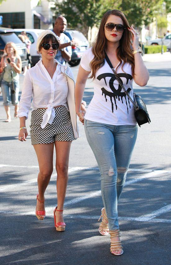 Siostry Kardashian w biało-czarnych zestawach