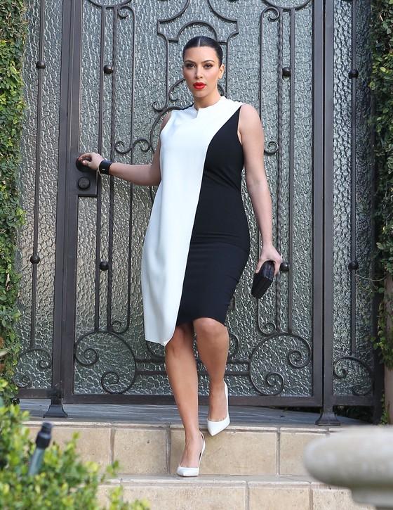Kim Kardashian w biało-czarnej sukience