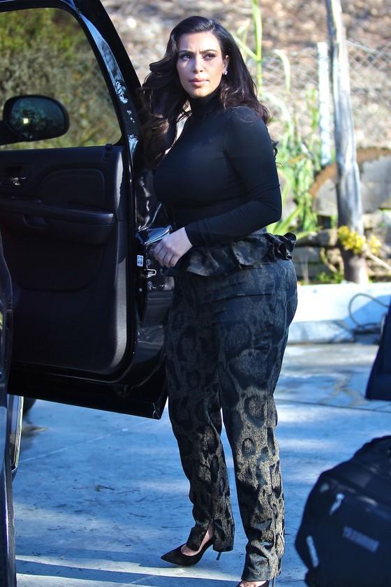 Kim Kardashian w spodniach z baskinką