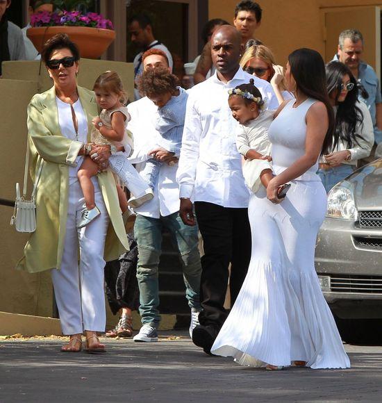 Biała modowa parada w wydaniu Kardashianów (FOTO)