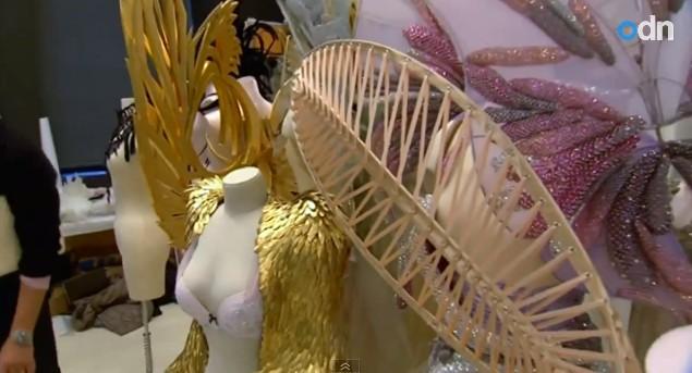 Karlie Kloss w skrzydłach z pokazu Victoria's Secret 2014