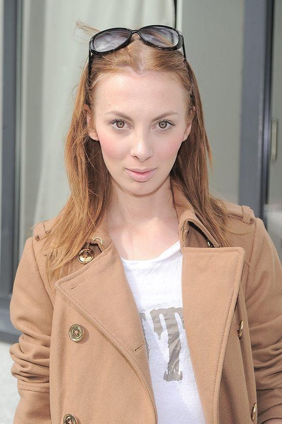 Charlize Mystery w beżowym płaszczu na konferencji Avene