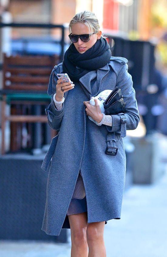Karolina Kurkova w popielatym płaszczu i botkach na szpilce