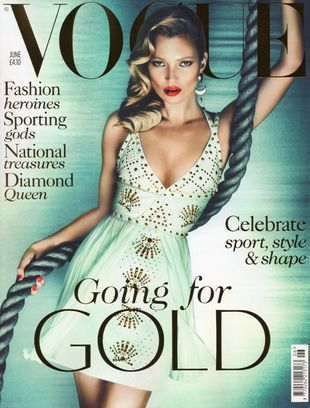 Kate Moss w Versace na okładce Vogue