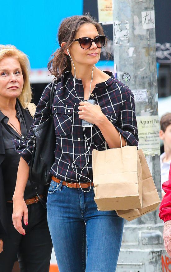 Katie Holmes w kraciastej koszuli