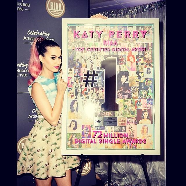 Katy Perry znowu zmieniła fryzurę! (FOTO)