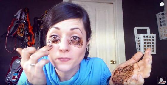 Położyła kawę pod oczy... Jaki był efekt? Zobaczcie! (VIDEO)