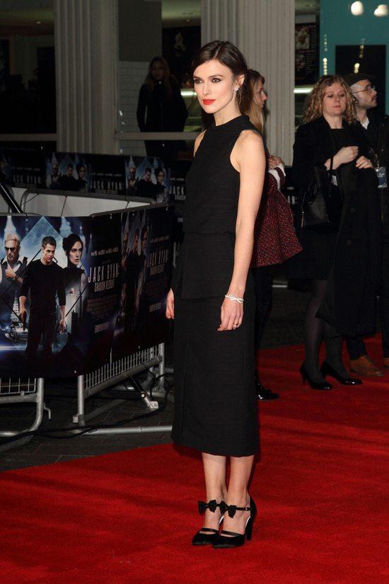 Keira Knightley w nad wyraz skromnej czarnej sukience (FOTO)
