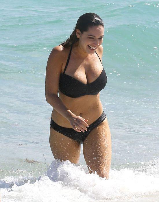 Seksowna Kelly Brook podczas sesji na plaży (FOTO)