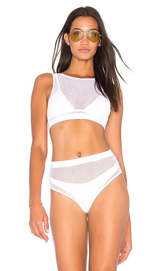 Chcecie wiedzieć ile kosztują kostiumy kąpielowe projektu sióstr Jenner?