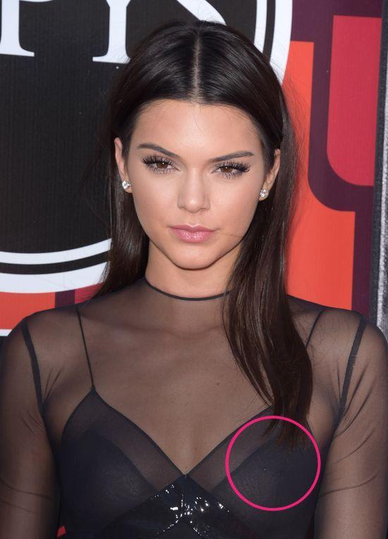 Kylie Jenner pochwaliła się kolczykiem w sutku... Kendall!