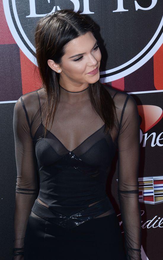 Kendall Jenner błysnęła... kolczykiem w sutku (FOTO)