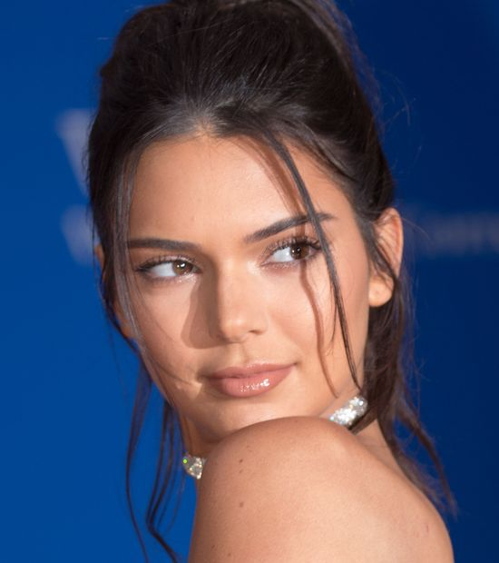 Sposób Kendall Jenner na idealna cerę? Banalna maseczka na twarz