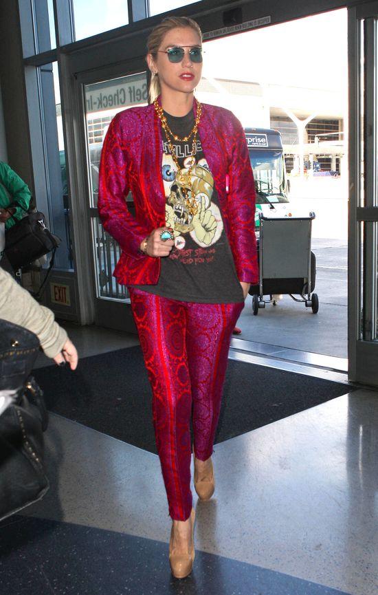 Kesha w różowym garniturze (FOTO)