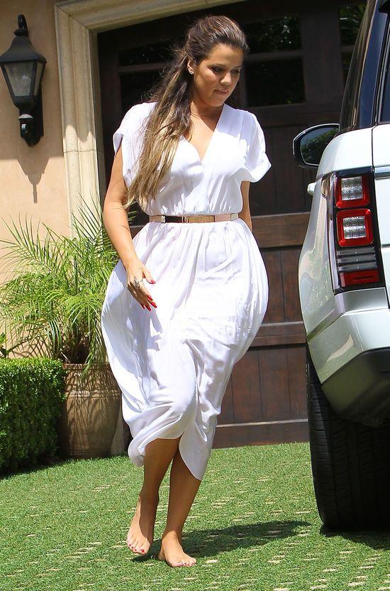 Khloe Kardashian w białej sukience