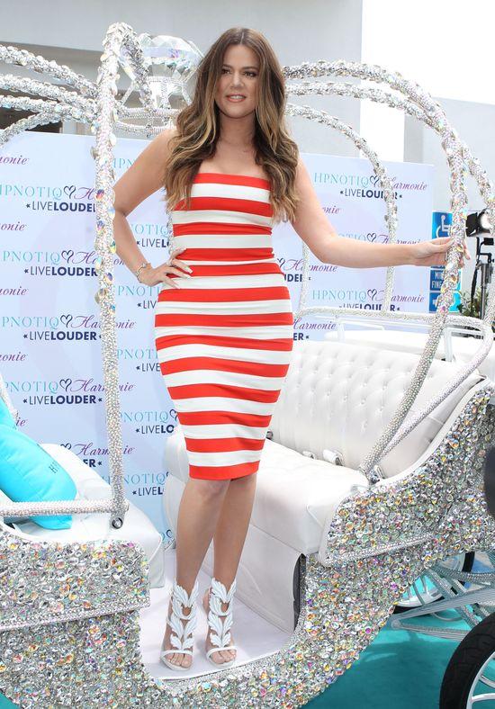 Khloe Kardashian w biało-czarnej sukience (FOTO)