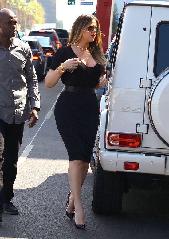 Khloe Kardashian w czarnej sukience